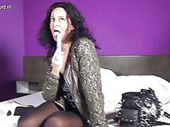 Freche niederländische Mom mit grossen Fotzenlippen einen Vibrator auf herausragt