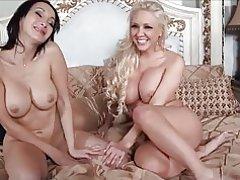2 schöne Frauen Lesben mit großen Titten. M. k.